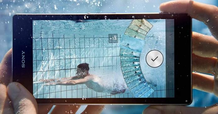 Xperia M2 Aqua pode ser mergulhado na água (Foto: Divulgação/Sony)