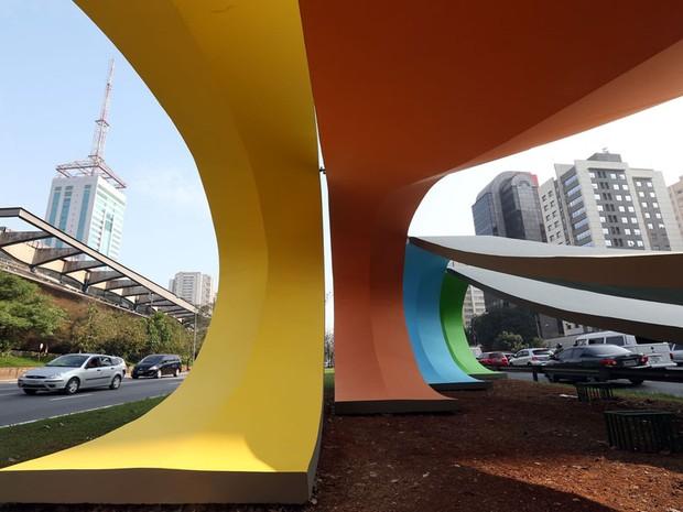 Escultura de Tomie Ohtake, inaugurada em 1988 em concreto armado na Avenida 23 de Maio em São Paulo, ganhou novas cores nesta terça (30). (Foto: J. F. Diorio/ESTADÃO CONTEÚDO)