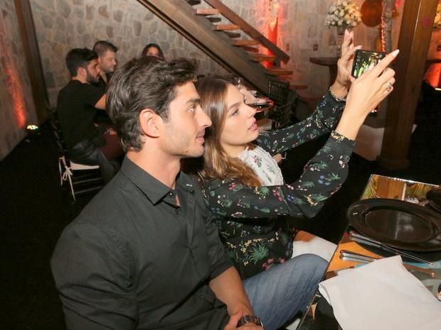Isis Valverde e o namorado, André Resende, em festa na Zona Sul do Rio (Foto: Claudio Andrade e Reinaldo Teixeira/ Eventos Leco Biagioni/ Divulgação)