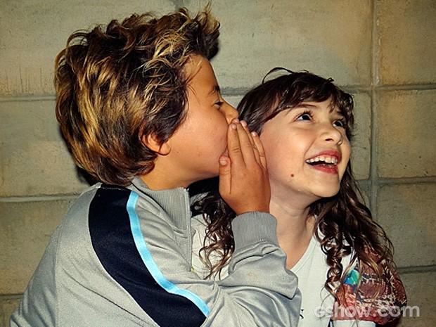 Tomás brinca de contar segredo com a Geytsa (Foto: Meu Pedacinho de Chão/TV Globo)