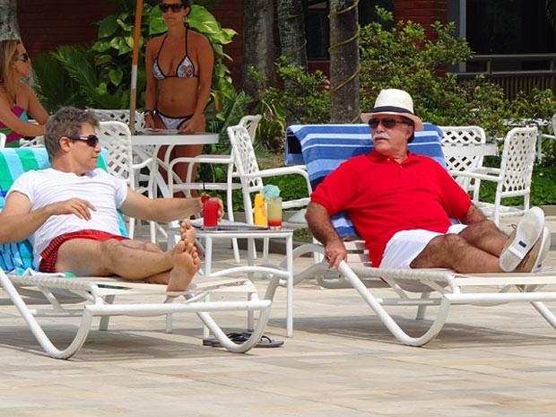 Otávio tenta convencer Felipe a seduzir Roberta (Foto: Guerra dos Sexos / TV Globo)