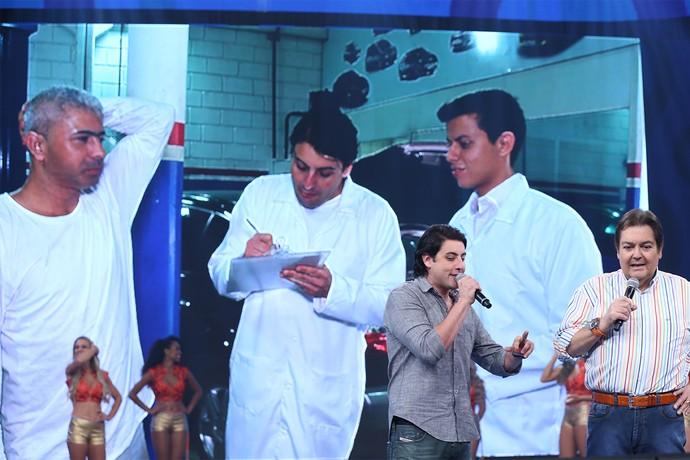 Bruno de Luca mostra fábrica de desodorante (Foto: Carol Caminho / Gshow)