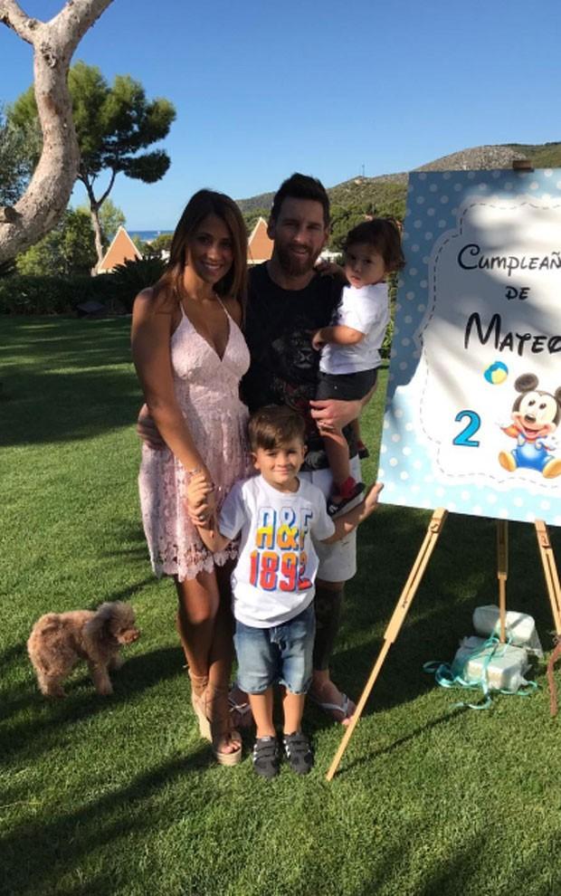 Lionel Messi com os filhos, Thiago e Mateo e a mulher, Antonella Roccuzzo (Foto: Reprodução)