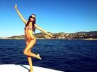 Izabel Goulart posa de biquininho em praia na Itália