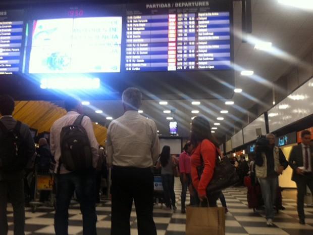 Passageiros observam horários de voos em Congonhas após cancelamentos (Foto: Paulo Piza/G1)