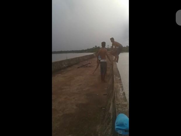Momento que jovem empurra Daniel em cima de ponte (Foto: Reprodução/ WhatsApp)