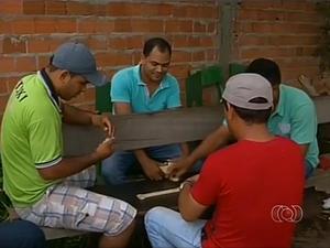 Taxistas passam o tempo jogando dominó por causa da baixa demanda (Foto: Reprodução/TV Anhanguera)