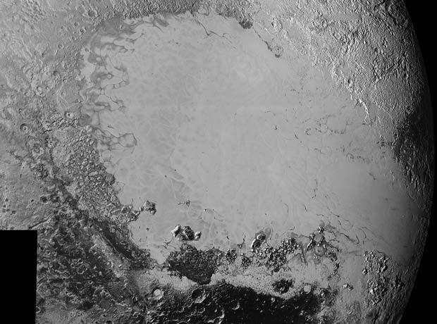 Mosaico de fotos de alta resolução de Plutão, enviadas à Nasa no último final de semana, mostra planície gelada nomeada informalmente de Sputnik Planum ao centro e ao lado de uma variedade de paisagens (Foto: ASA/Johns Hopkins University Applied Physics Laboratory/Southwest Research Institute)