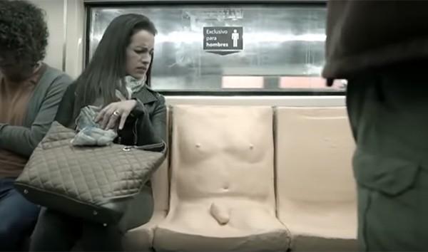 """""""Penis Seat"""" instalado no metrô mexicano (Foto: Reprodução Youtube)"""