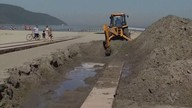 Após ressaca, Prefeitura de Santos realiza desassoreamento nos canais da praia