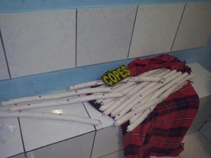 Bananas de dinamites estavam de posse do suspeito (Foto: Divulgação/PM)