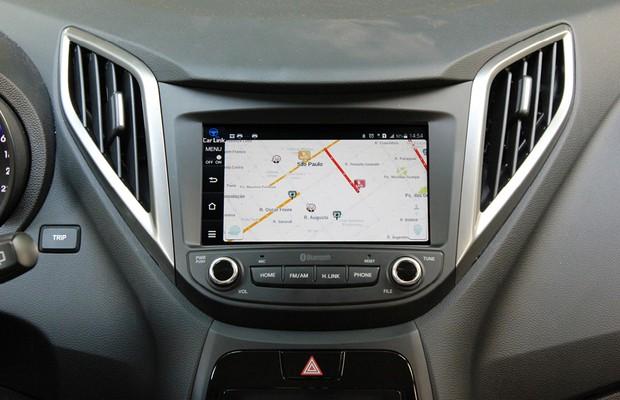 Teste de Central Multimídia Hyundai HB20: reprodução do Waze (Foto: Alexandre Zanardo/ Autoesporte)