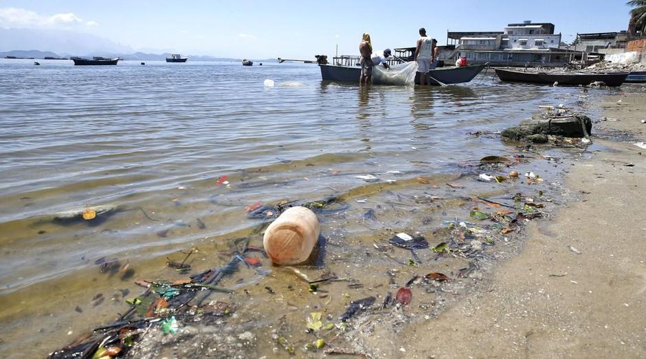 Apesar de programas de despoluição, Baía de Guanabara continua suja (Foto: Agência Brasil )