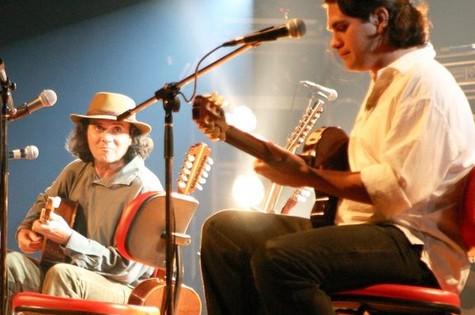 Gabriel e Almir Sater tocando juntos (Foto: Reprodução da internet)