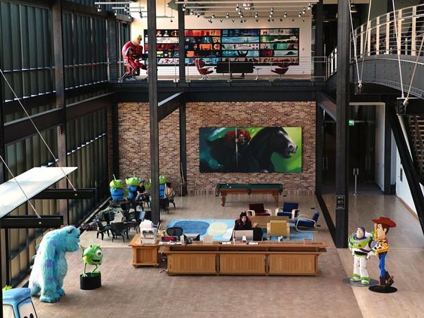 Hall da sede da Pixar, em Emeryville, na Califórnia, é decorado com bonecos gigantes de alguns dos principais filmes da produtora, como 'Toy story', 'Monstros S/A' e 'Os Incríveis' (Foto: Divulgação)