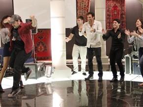 Elenco de Salve Jorge mostra passos de dança típica da Turquia (Foto: Nathalia Fernandes/TV Globo)
