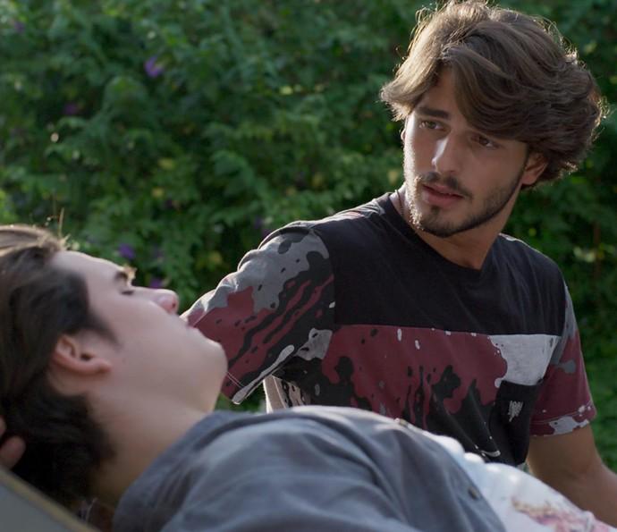 O amigo quer confirmar se Digo está solteiro mesmo (Foto: TV Globo)