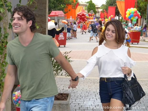 Amora e Bento entram juntos e de mãos dadas no parque (Foto: Sangue Bom/TV Globo)