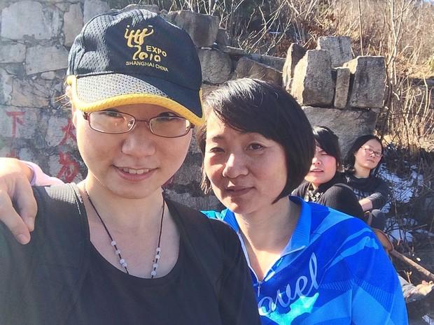 Sun Xueyao, de 22 anos, ao lado da mãe, diz que sempre achou que política do filho único acabaria antes de seu casamento (Foto: Arquivo pessoal)