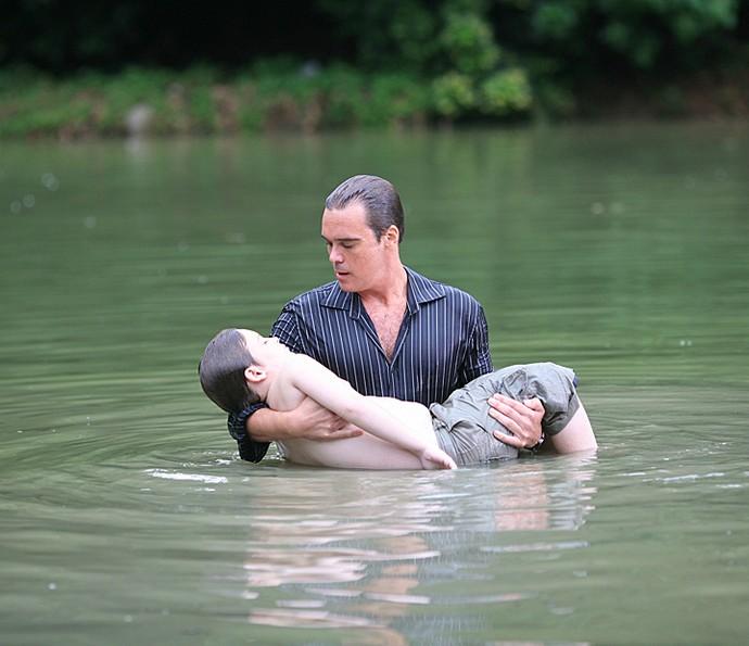 No novela Duas Caras, Renato (Gabriel Sequeira) foi salvo de um afogamento pelo pai, o golpista Ferraço (Dalton Vigh) (Foto: Leo Lemos / TV Globo)