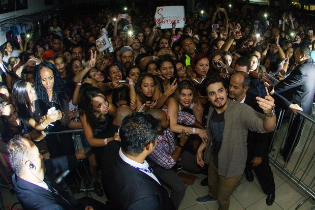 Luan Santana tira fotos com fãs (Foto: Divulgação/Julia Lanari)