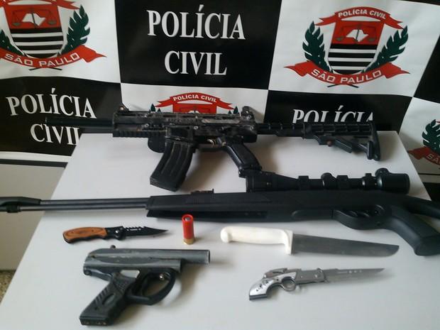 Réplica de armas foram encontradas em uma das clínias (Foto: Divulgação/Polícia Civil)