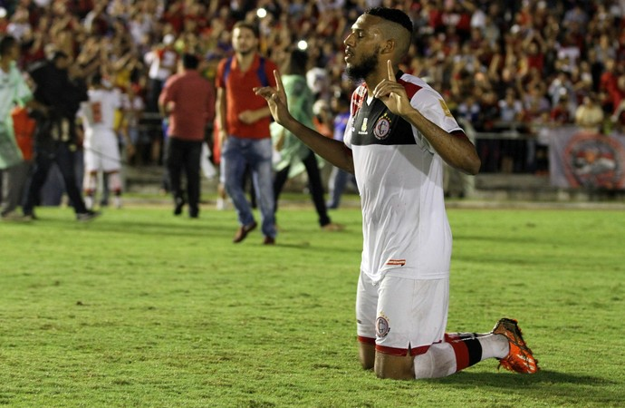 Neto se ajoelha no meio do campo e agradece pelo título (Foto: Francisco França / Jornal da Paraíba)