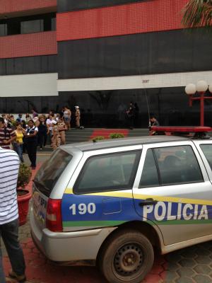 Funcionários e curiosos em frente a faculdade (Foto: Paula Casagrande/G1)