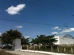 A Polícia Militar está no local impedindo a entrada da imprensa no aeroclube (Foto: Taiguara Rangel/G1)