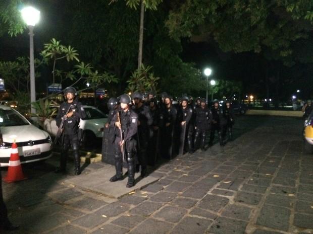 Batalhão de Choque da PM foi acionado e encontra-se no local (Foto: Vitor Tavares/G1)