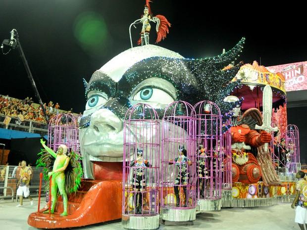 Carro alegórico da Tom Maior; no carnaval 2013, a escola de São Paulo ofereceu um 'parque dos desejos', simbolizando um enredo sobre o prazer (Foto: Flavio Moraes/G1)