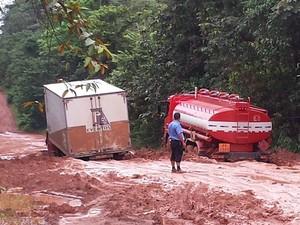 Veículos ficam a espera de máquinas para ajudar a sair de atoleiros em estada do Amapá (Foto: Rosimere Lobato/Arquivo Pessoal)