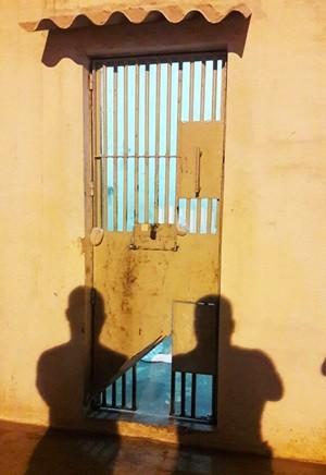 Presos serraram as grades de uma cela do setor de triagem e escaparam  (Foto: Sejuc/Divulgação)