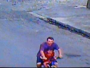 Imagem mostra momento em que criança foi levada pelo suspeito do rapto (Foto: Brigada Militar/Reprodução)