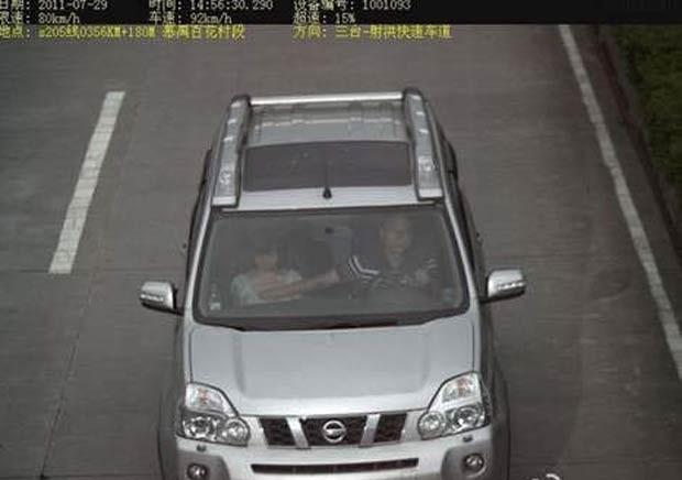 Em agosto de 2011, um motorista foi flagrado pelas câmeras de trânsito em uma estrada na província chinesa de Sichuan apalpando os seios de uma mulher que viajava ao seu lado enquanto dirigia. O motorista acabou multado em cerca de R$ 30. (Foto: Reprodução)