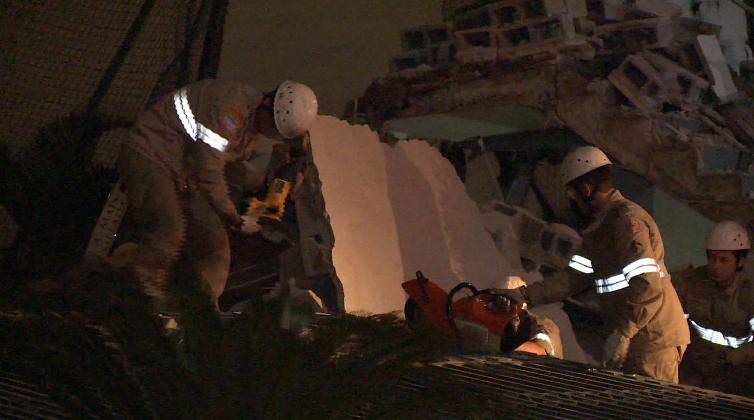 Bombeiros fizeram socorro das vítimas de desabamento em Vitória (Foto: Reprodução/ TV Gazeta)