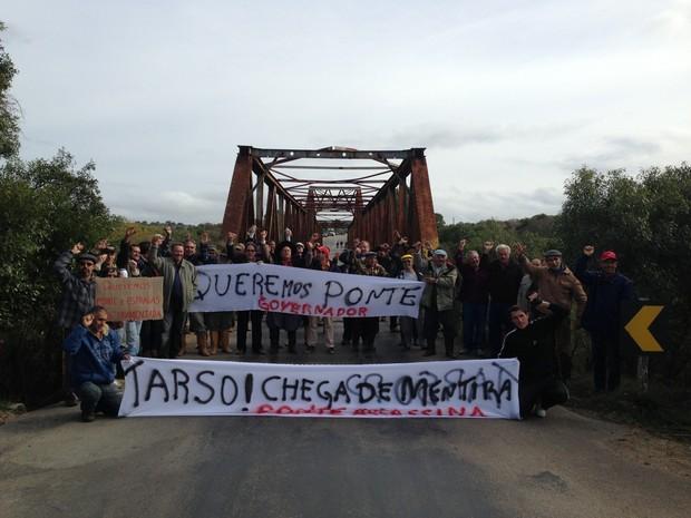 Manifestantes bloquearam ponte em Piratini (Foto: Luize Baini/RBS TV)