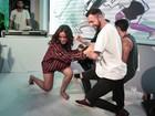 Descalça, Anitta participa de vídeo game de dança e vai até o chão