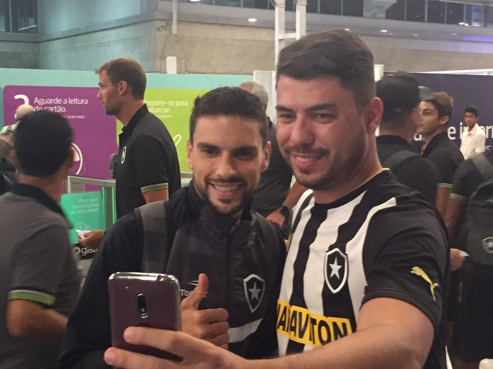 Pimpão no embarque do Botafogo para o Paraguai (Foto: Felippe Costa)