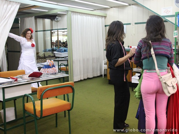 Márcia prova vestido de noiva (Foto: Amor à Vida/TV Globo)