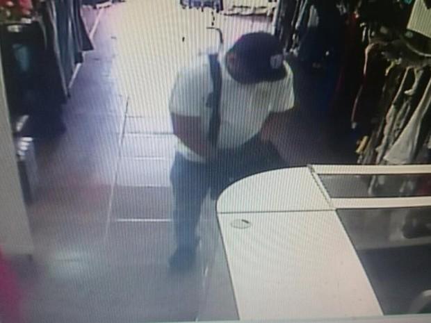 Homem foi flagrado roubando calças a pedido de 'cliente' pelo celular em Praia Grande (Foto: Reprodução / Facebook)