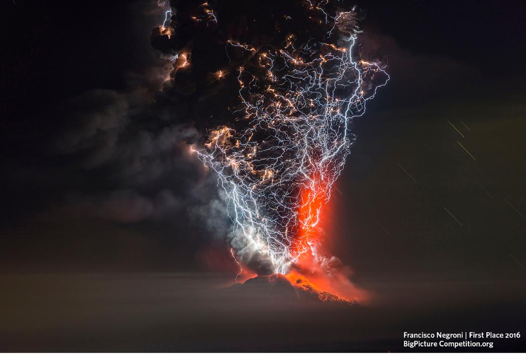 """Categoria Paisagem, Oceano e Flora - """"O Despertar"""", mostrando fortes descargas atmosféricas sobre o vulcão Calbuco em erupção foi fotografada pelo chileno Francisco Negroni, no Chile (Foto: Francisco Negroni )"""