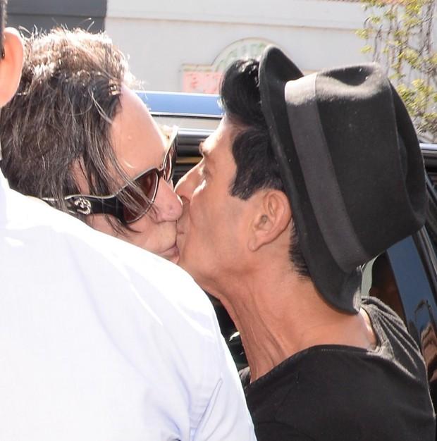 Mickey Rourke beijando amigo (Foto: X17 / Agência)