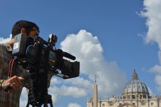 Cinegrafista filma a Praça de São Pedro nesta terça-feira (2) no Vaticano (Foto: AP)