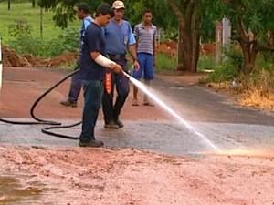 Prefeitura faz limpeza de ruas após enchente causa pela chuva em Porto Ferreira (Foto: Reginaldo dos Santos/EPTV)