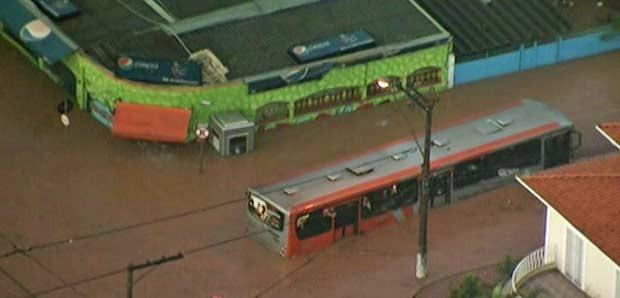 Passageiros ficam ilhados em ônibus em Osasco (Foto: Reprodução/TV Globo)