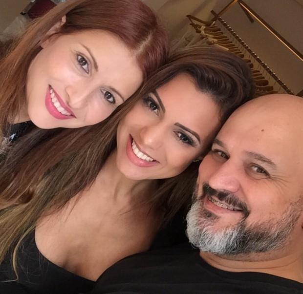 Vina Calmon, ao centro, comemora com a estilista Fabiana Milazzo e o stylist Thidy Alvis os looks exclusivos que usará no carnavl de Salvador (Foto: Divulgação)