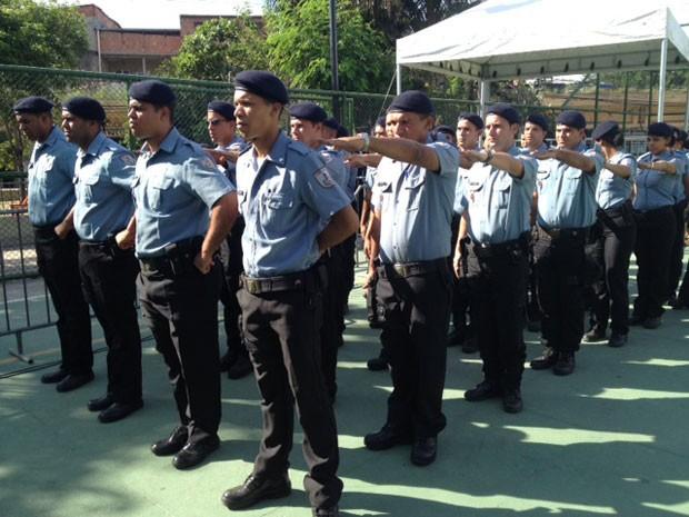 Policiais da UPP do Caju se preparam para a cerimônia de inauguração. (Foto: Mariucha Machado / G1)