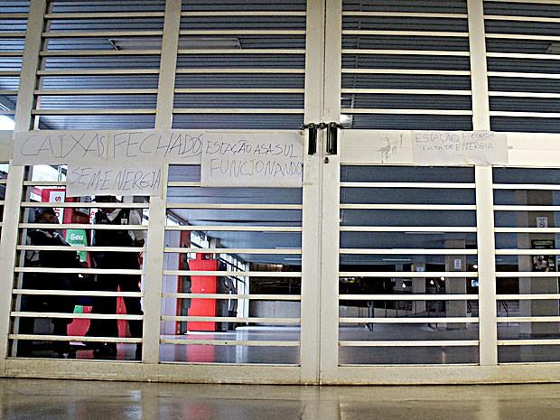 Portão da estação Central do Metrô com aviso informando sobre fechamento (Foto: Ricardo Moreira/G1)