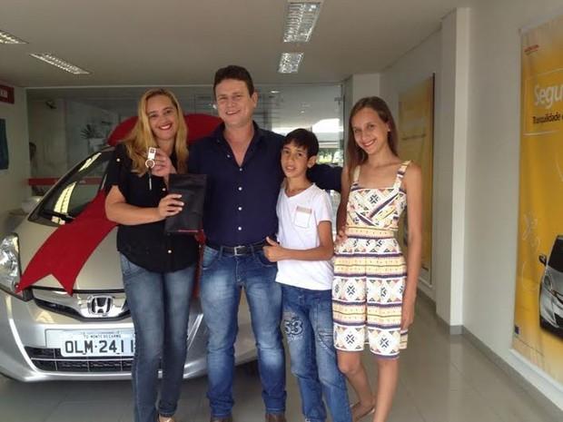 A família de Anunciato Rodrigues acompanhou a entrega do carro, em Palmas (Foto: Ludmilla Abreu/TV Anhanguera)